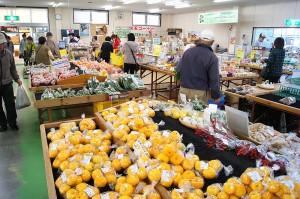 皆直店内3「たくさんの農産物などを販売」