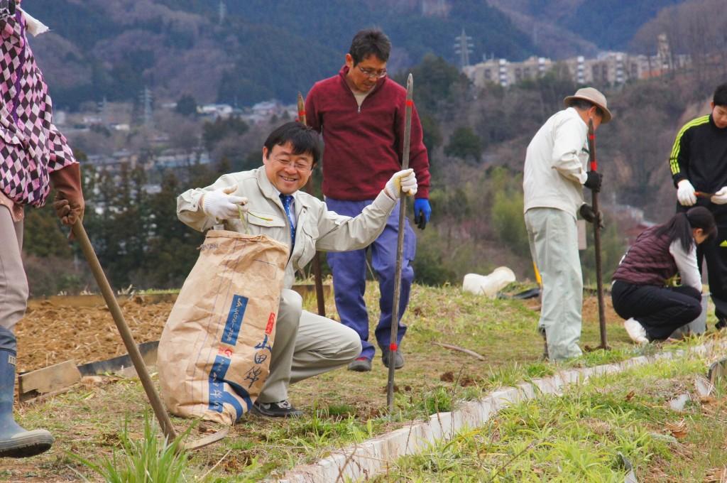 富田能成町長も曼珠沙華を補植