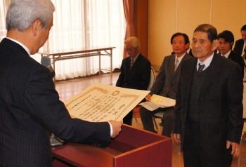 県知事賞を受賞した金崎さん(右)