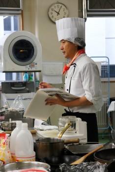 生徒らに調理工程を説明する橋本さん