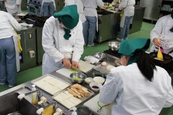 調理をする生徒ら