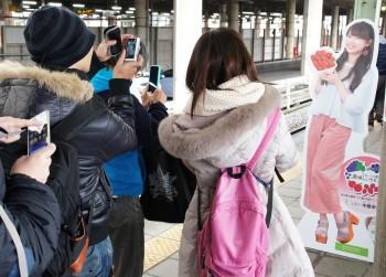 熊谷駅で等身大パネルの記念撮影をする乗客やファンら