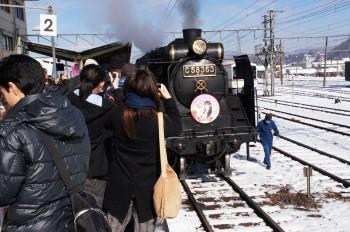 秩父駅でSLの写真を撮る乗客ら(前日、秩父地域は雪でした)