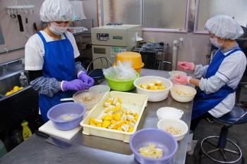 工場内では、商品の加工作業