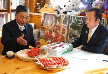 上田知事に秩父産イチゴをPRする田口部会長