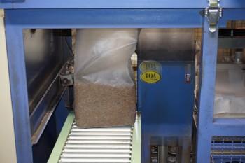 機械で培地材料がつめられた上面パック