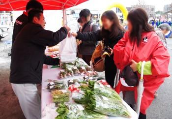 新鮮野菜を販売するJA職員