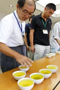 淹れたお茶の水色や味等を確認する審査員ら
