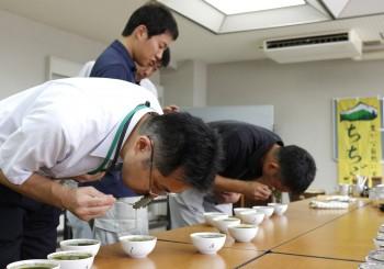 淹れた茶葉の香り等を確認する審査員