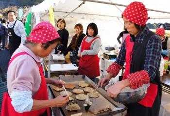 「たらし焼き」を作る女性部員ら