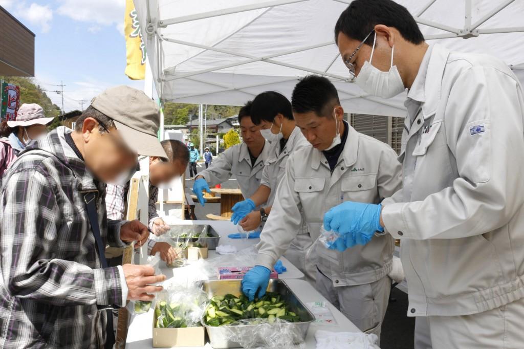 秩父きゅうりやちちぶ菜漬けの試食をする参加者ら ヨコ3HP