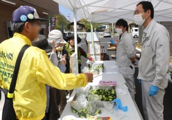 秩父きゅうりやちちぶ菜漬けの試食をする参加者ら ヨコ2HP