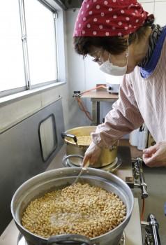大豆を煮る加工部員