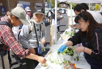 秩父きゅうりやちちぶ菜漬けの試食をする参加者ら ヨコ1HP