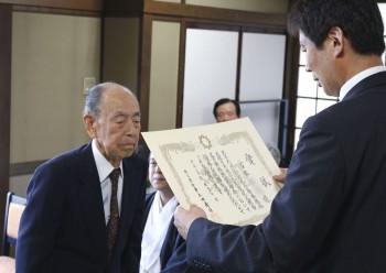 県知事賞を受賞した宮本さん(左)HP
