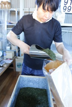 完成した製茶を袋に詰める職員 タテ