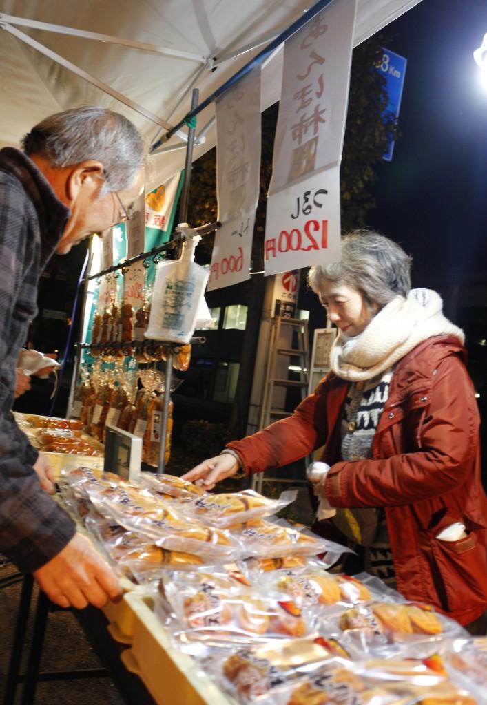 秩父産あんぽ柿を買求める観光客(右)HP